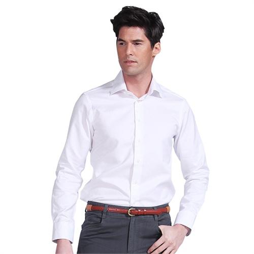 穿着白衬衫的男人